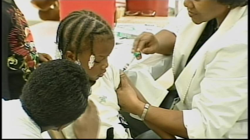 111609-Students Swine Flu Vaccines03